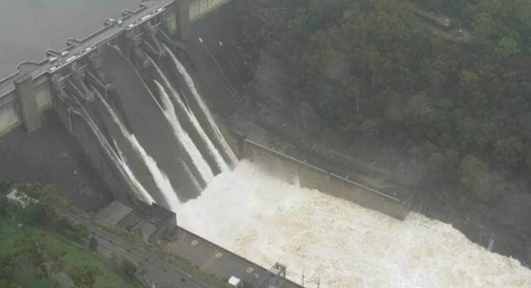洪水溢出瓦拉甘巴水库大坝 (1).jpg