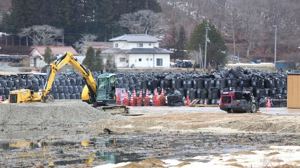日本福岛县内装有被污染废物堆积的黑袋.jpg