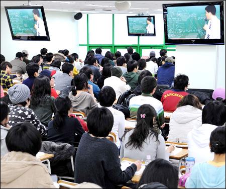 在鹭梁津学习公务员考试的韩国青年们.jpg