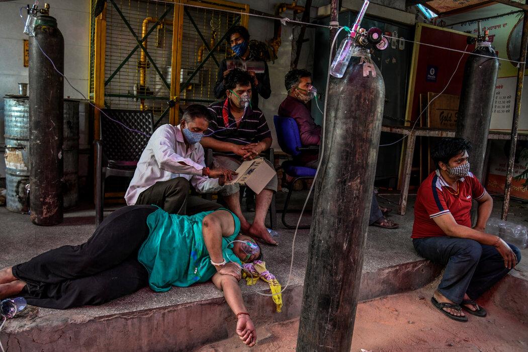 4月25日,南德里,锡克庙外接入氧气的人们。图源纽约时报.jpg