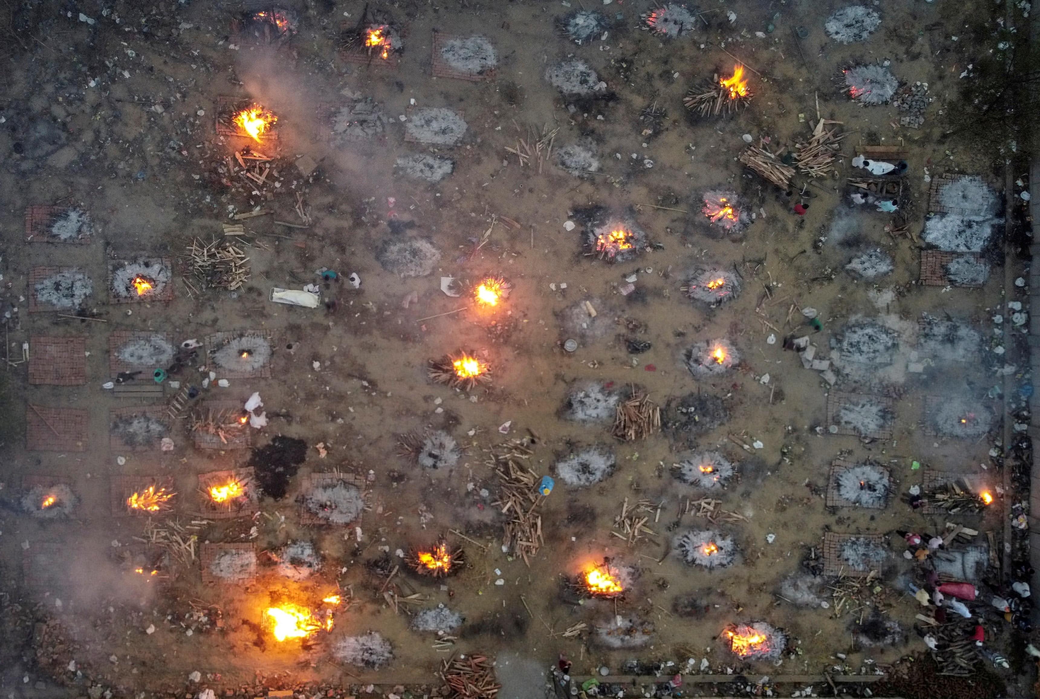 路透社摄影队从上空拍摄到的火葬场图片.jpg