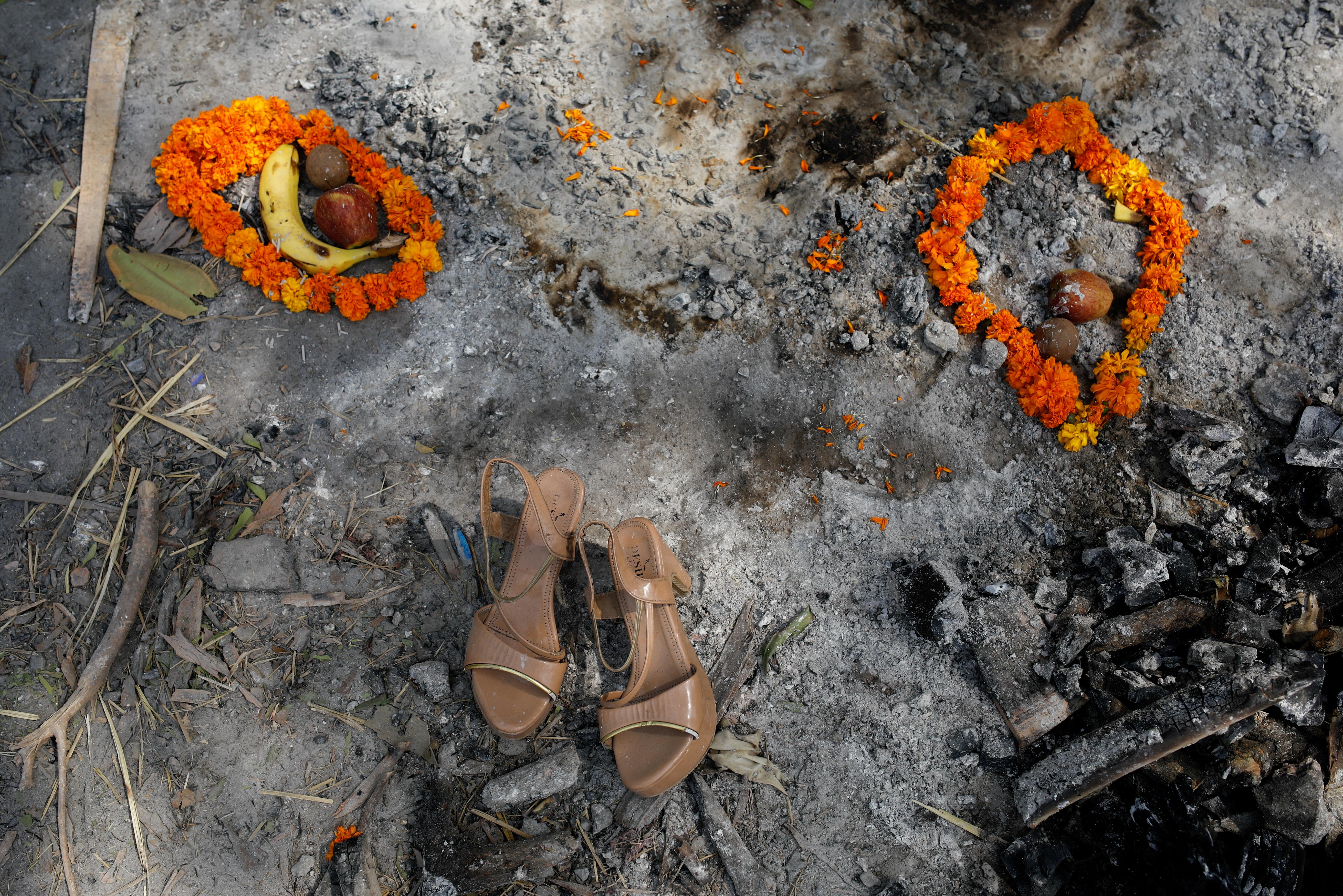 4月30日,新德里火葬场,一名女性死者的花环,水果和一双凉鞋。 路透社图源.jpg