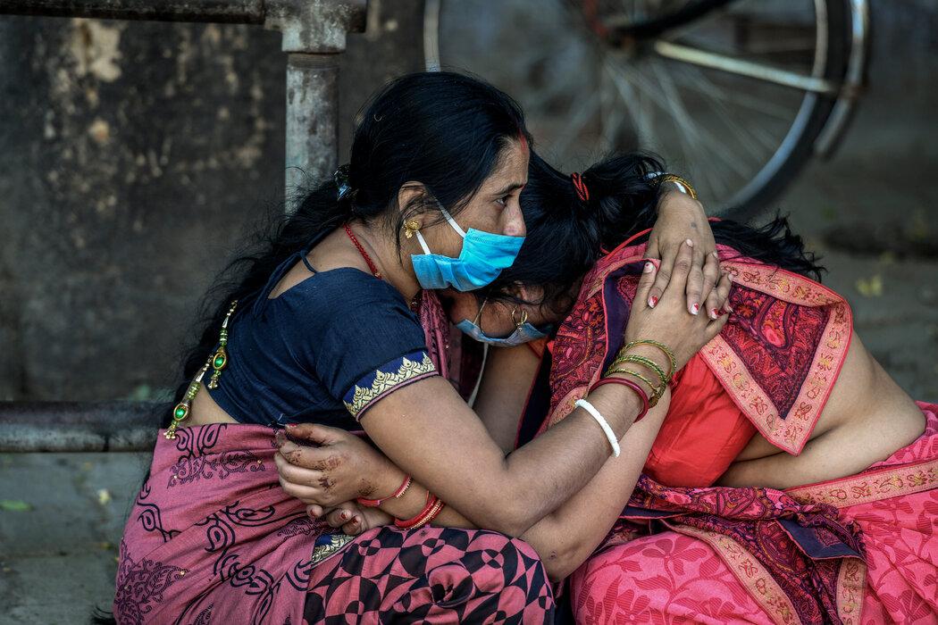 4月24日,新德里火葬场外哭泣的人。图源纽约时报.jpg
