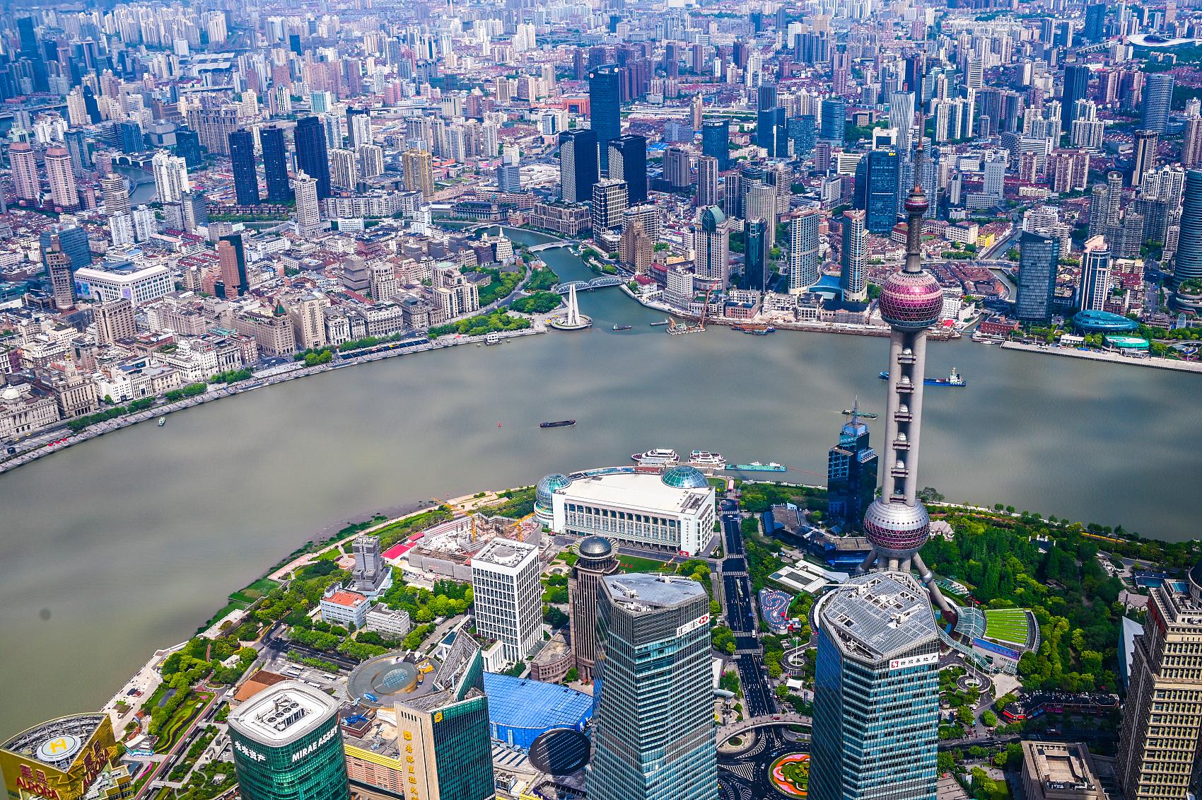 VCG111235196645觀眾在上海中華藝術宮觀看浦東開發開放30周年藝術展。.jpg
