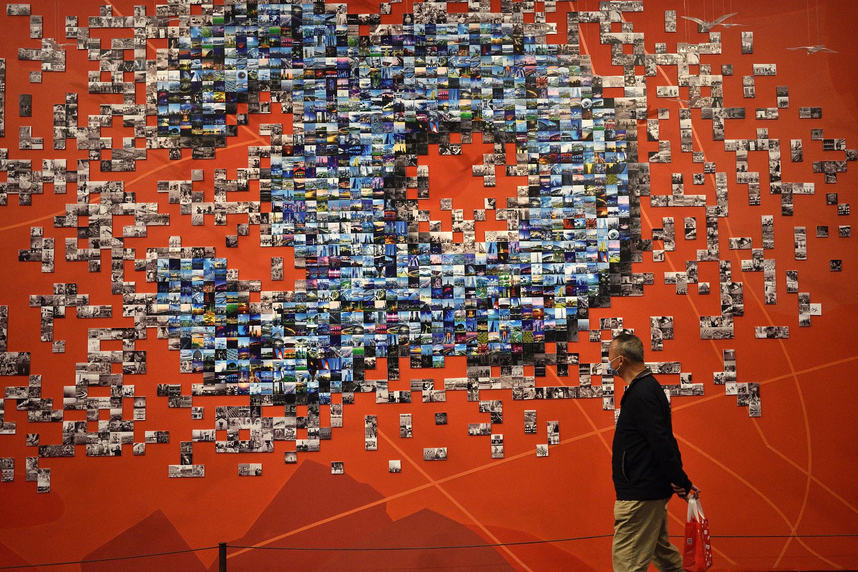 VCG111305108080观众在上海中华艺术宫观看浦东开发开放30周年艺术展。.jpg