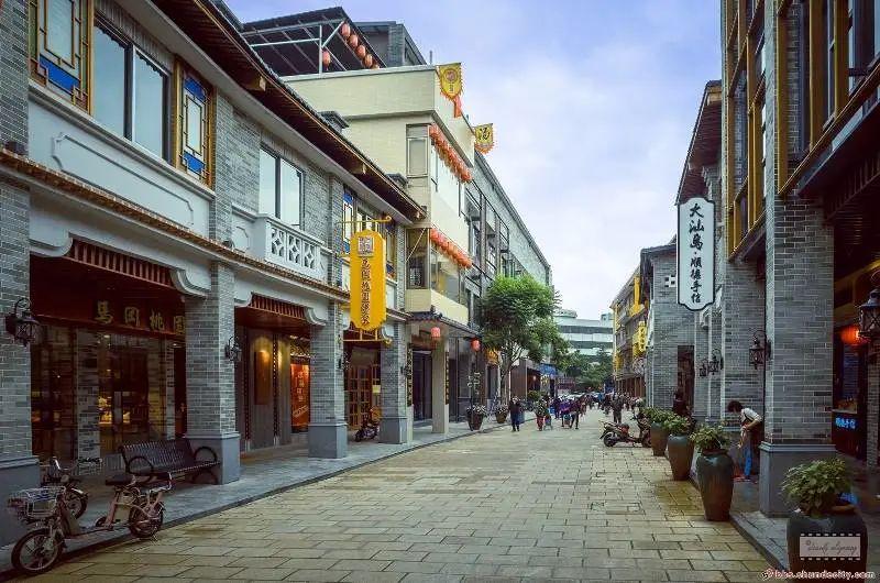 作为顺德的第一条水泥马路,它不仅见证了容桂最辉煌的历史,也承载了许多容桂人的回忆.jpg